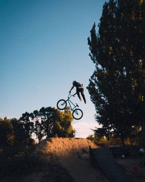 cycling dirt madrid lifebehindbars dirtjump sunset bmxlife bmx bikelife