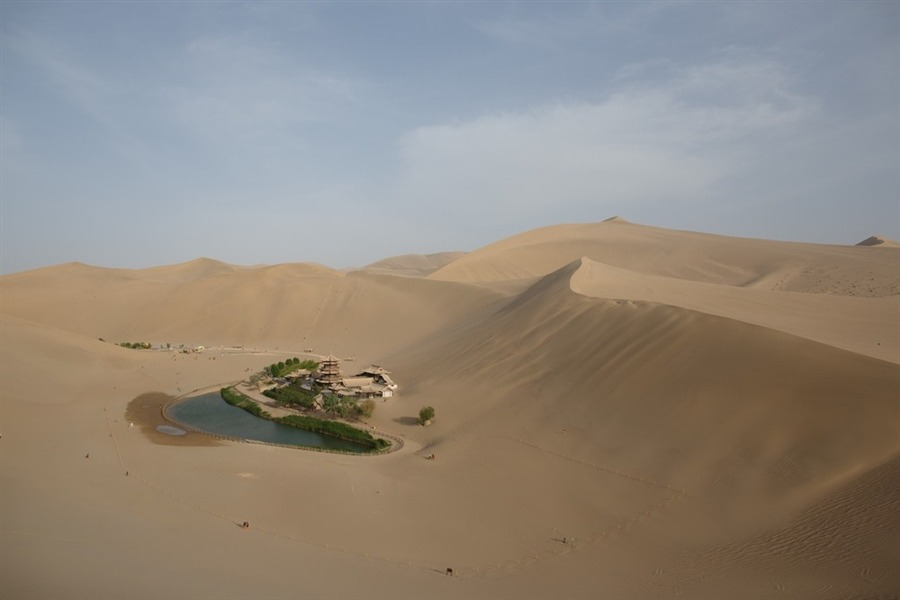 letsbuildahome-fr:  View of the Yueyaquan Crescent Lake Oasis on China's ancient Silk Road, near the city of Dunhuang in China's northwestern Gansu province, on May 12, 2013. © Ed Jones / AFP / Getty Images