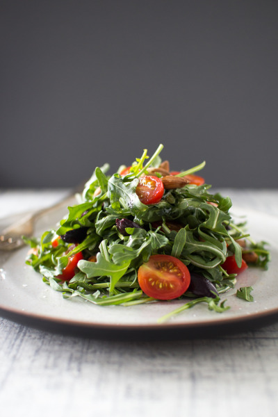 kiyoaki:  (vía Arugula and Olive Salad with Roasted Almonds and Tomatoes | The Flourishing Foodie)