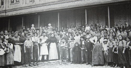 fylatinamericanhistory:  Italian immigrants arriving in São Paulo in 1890, photographed by Guilherme Gaensly. A large part of the current population of the city is descended from Italian immigrants.  I am!
