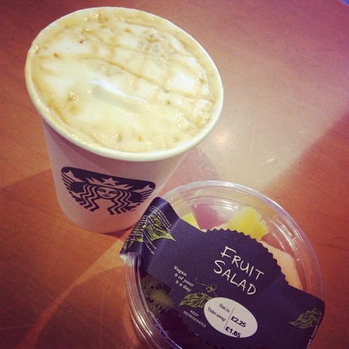 Quick pick me up.  #Starbucks #CaramelMacchiato #Fruit  (at Vauxhall Bus Station)
