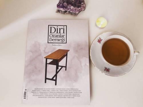 """İçimde """"Sadece Şiir"""" diyen şiir kokulu bir dergiyi ilk sayısından yakalama saadeti.🙆 🎈Canım dostum @denizzemel Emelim haber verdi. Bu sabah koşa koşa kitapçıya gittim. Diri Ozanlar Derneği şiir dergisi var mı dediğimde kitapçının evet deyip elime dergiyi tutuşturma anı sevinci paha biçilemezdi. 😊 Biraz göz attım ve size kocaman hoş geldiniz dedim sevgili @diriozanlard 😍 Dün şiirimi gönderdim böyle güzel bir düşünce için de ayrıca teşekkür ediyorum. Ve lütfen şiiri kitaptan ve dergiden okuyun. Şiir gibi geçsin gününüz. Ben başlıyorum, işte gerçek zenginlik gerçek keyif bu. 🍀💙🌼😊 #diriozanlarderneği #şiir #sadeceşiir #edebiyat #kitap #mutluluk #bookstagram #şiir#edebiyat#diriozanlarderneği#mutluluk#kitap#bookstagram#sadeceşiir"""