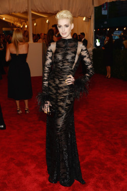 elizabethswardrobe:  Anne Hathaway at the Met Gala 2013.