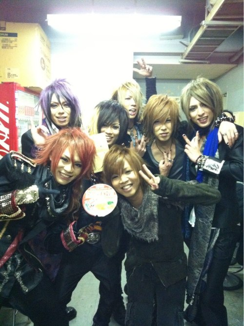 enchantingmoon:  Backstage photo of FEST VAINQUEUR with GAKIDO at live of「DUAL VISION PRESENTS GAKIDO 4th Anniversary Event-Tour『FRIENDS REVOLUTION』」held at HOLIDAY NAGOYA on Mar. 02nd, 2013.