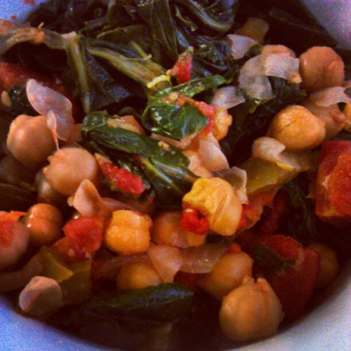 Lunch!  Greens, tomatoes,  garbanzo beans, onions and green peppers~ #vegan #veganfood #whatveganseat  (at athens, ga)