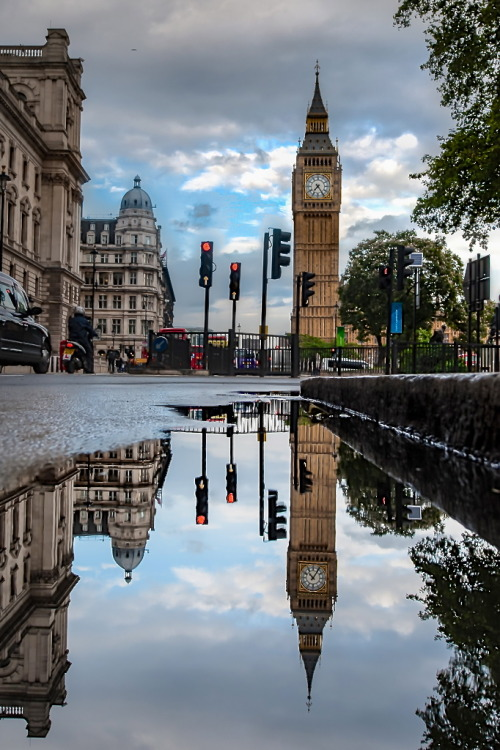 bluepueblo:  Reflection, London, England photo via besttravelphotos