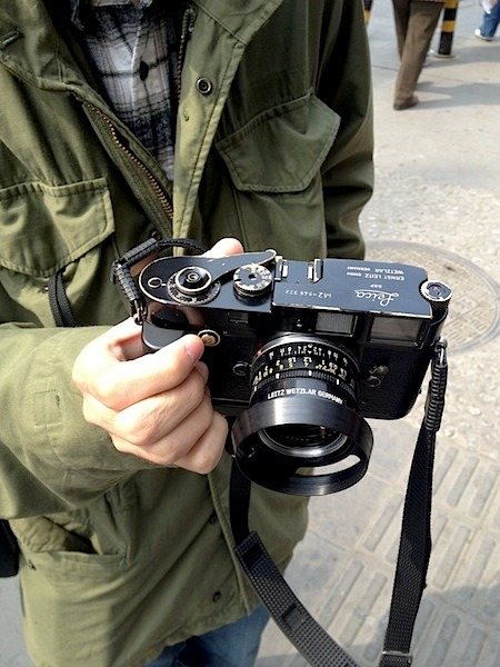 beijingcamerastyle:  A real gem, Leica M2 black paint and a summicron 35 Li Jiayi in Qianmen, here his web site http://jiayili.lofter.com/