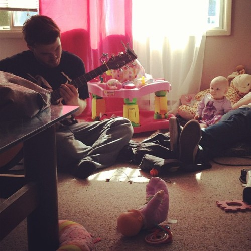 Harlow likes it when uncle Kevin's plays. #guitar #Harlow #unclekevin #harlowcreeps