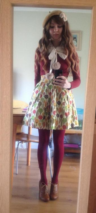 Otome outfit from today. I'm still not 100% sure about the wig, since it's super thick and I have a small head! But I love the colour and style. It is a beachy mermaid wig. Minimal make up because I was in the kitchen today. Hat & flowers: H&MWig: LockshopCollar: Shirley DeerTop & tights: New LookSkirt: Vampire BunniesShoes: Salt & Pepper
