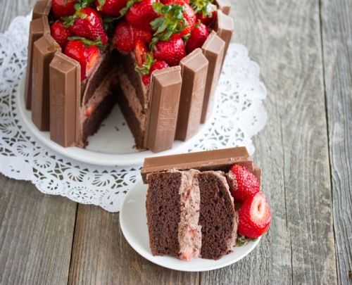 Kit Kat Strawberry Cake