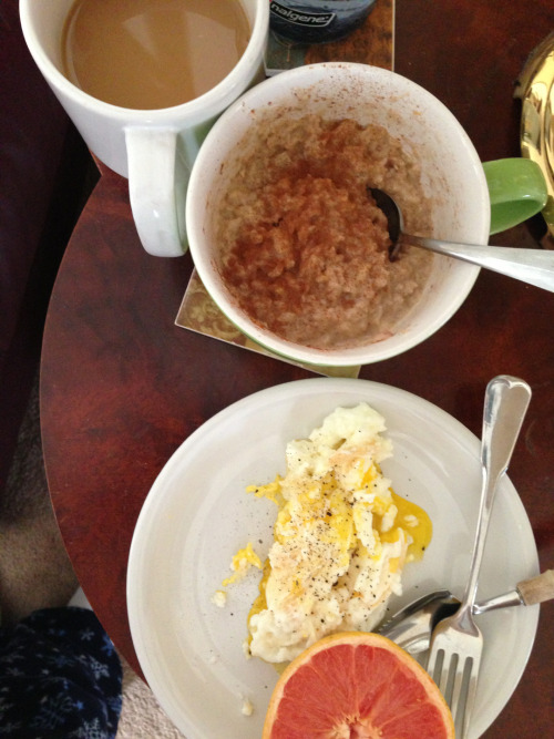 Peanutbutter banana oatmeal w cinnamon, egg and egg white, coffee with almond coconut milk… And grapefruit :)