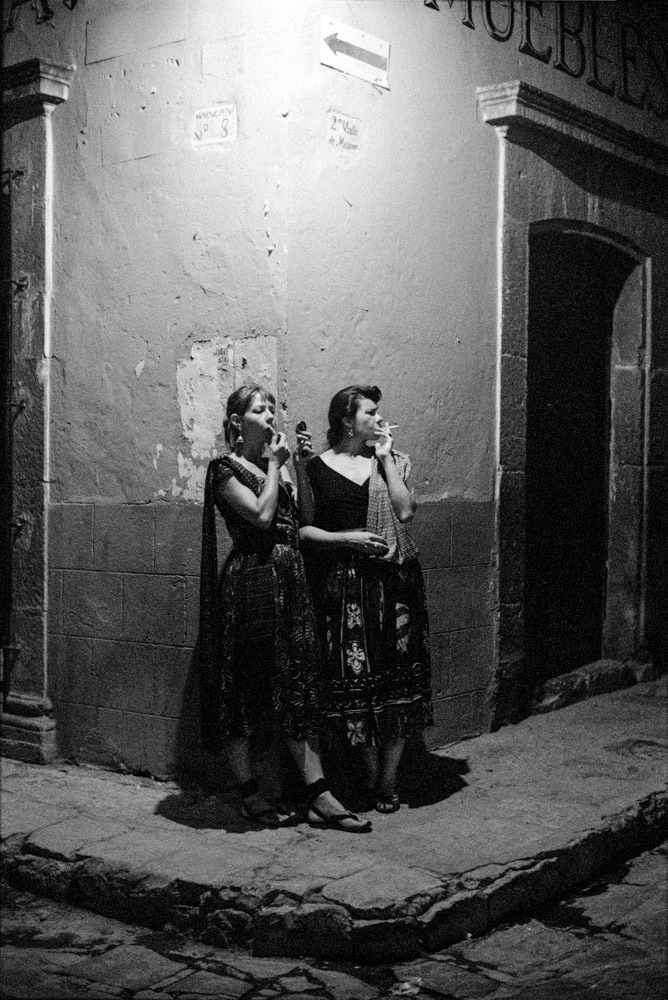 frenchtwist:  via firsttimeuser:  Cilla and Maggie, Mexico, 1992 © Carlos Rene Perez