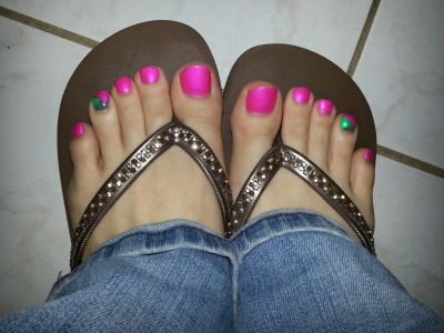 gonewithscarlett11:  Im in love with Scarlett, these toes are amazing!!!!