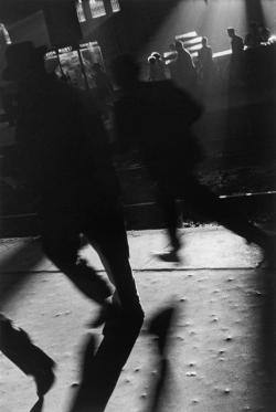 adanvc:  People running to catch the train on evening. Argentina, 1957. by Sergio Larrain