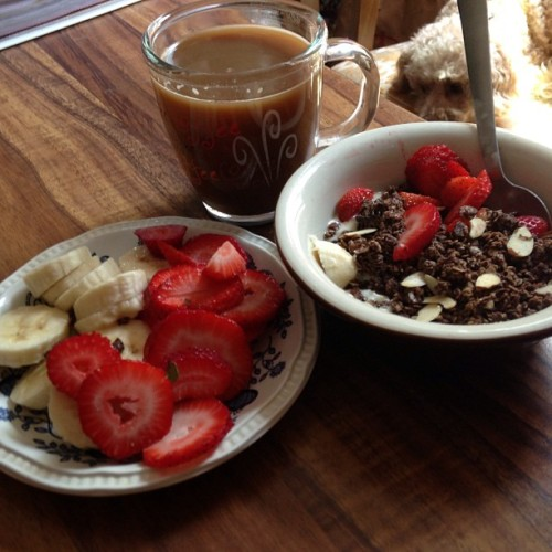 vanilla soy yogurt with almond and chocolate granola, strawberries, banana, cafe con leche de soja de chocolat
