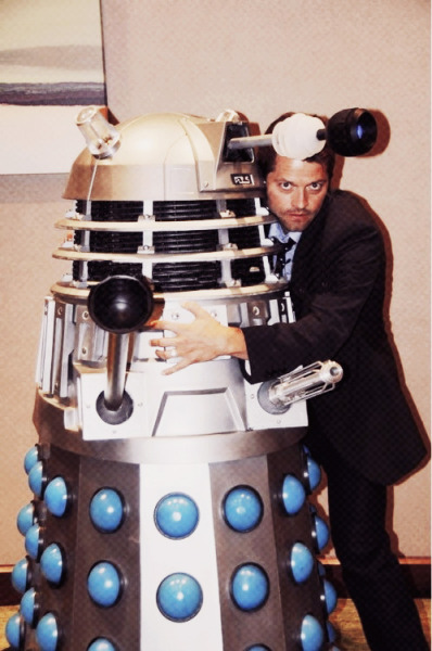bglass:  MISHA COLLINS AS THE 10TH DOCTOR HUGGING A DALEK!? IS THIS REAL.