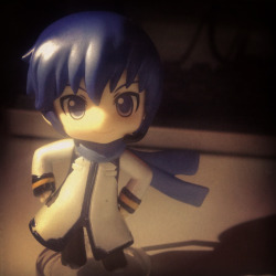 Yo peeps here's a review of the Kaito Nendoroid petit because there's no other figures for me to review So here he is,as you can see the paint job is pretty crappy but at $15 including postage I'm not complaining, his scarf was a pain in the bum to attach but as you can see we got there in the end. He's pretty cute once you get past the paint and goes well with any Vocaloid or figure collection :D Out of 10 he gets a 5