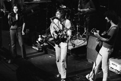 classic-rock-fanatic1993:  John Lennon and Yoko Ono onstage with Frank Zappa during a Mothers of Invention concert of the Fillmore East in 1971.
