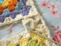 classymissmolassy:  Granny Square Joining Tutorial.