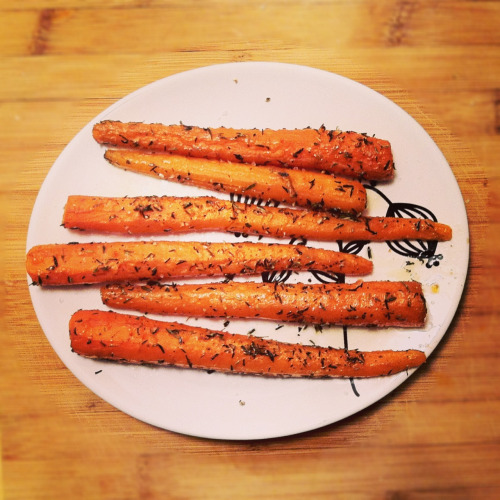 runs-on-cupcakes:  These were probably the most delicious carrots I've ever had. Just olive oil, sea salt, cracked pepper, and thyme. Yum!