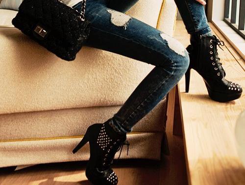 В джинсах и на каблуках