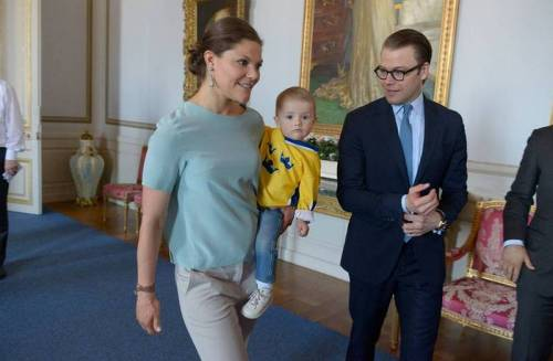 ifreakingloveroyals:  The Swedish Royal Family met the Ice hockey World Champions at the Royal Palace GUISEEEEEE ESTELLE OMGGGGG SHE'S SO FREAKING CUTE!!