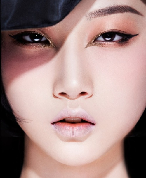 make-up-is-an-art:  photo // shakingx make up // zhengyang model // yuening dong