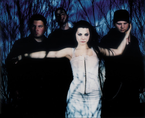 Evanescence, unknown photographer. So, today it's been ten years since the release of Fallen. Seriously, I can hardly believe that. I was a fourteen-year-old when I first stumbled upon Bring Me To Life and now look at me, almost twenty-four, in a totally different place, doing pretty much the polar opposite of what I thought I'd be doing in my life.That album gets a lot of credits for who I am today: I learned English with those songs and now I am a language student; I started exploring music with passion and stepping into murky realms with those melodies and I ended up recording a song myself; I was so fascinated with thos gothic aesthetics and great promotional pictures, and now I am a photographer. As much as I drifted away from what this band and Amy Lee have become today, I still treasure the music they've done in the past, and thank them for what they helped me grow into in these ten long years.