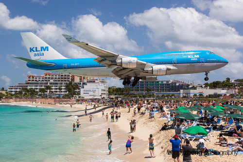 Extreme Plane Spotting at Maho Beach, Saint Martin twistedsifter, twistedsifter.com Located on the Dutch side of the Caribbean island of Saint Martin (i.e., Sint Maarten) is the famous Maho Beach. While it has the characteristic white sand and turquoise water of a Caribbean paradise that is not what makes Maho Beach such a popula…  Does that warning sign say DEATH?