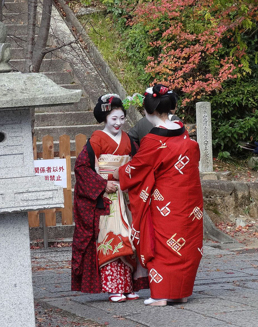 geisha-licious:  maiko Kanamitsu and Kikushino by ANNIE GUILLORET on Flickr