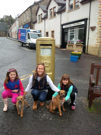 RT @NiallE Maggie and Rusty visit dad's postbox with Kim!