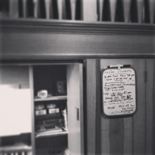 The #student #practice #schedule board on the #organ #orgel hasn't been updated for over five years!!! Lol #old #needtoupdate #praktizierten #orgelpraktizieren #kirche #alteschreiben #schreiben (hier: Martin Luther Kirche)