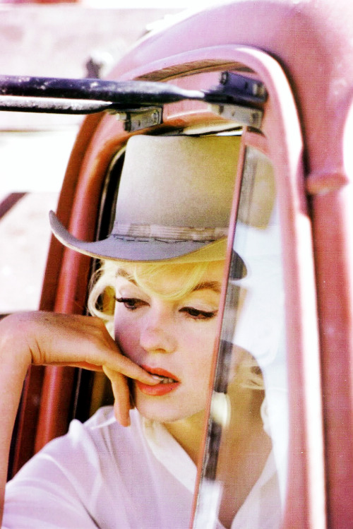 lizandmarilyn:  Marilyn Monroe on set of 'The Misfits', photographed by Eve Arnold, 1960.