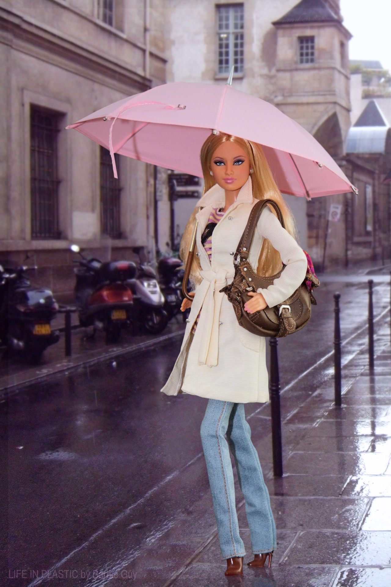 Parapluie. In this photo: Barbie® Basics Model No. 04 Collection 003.