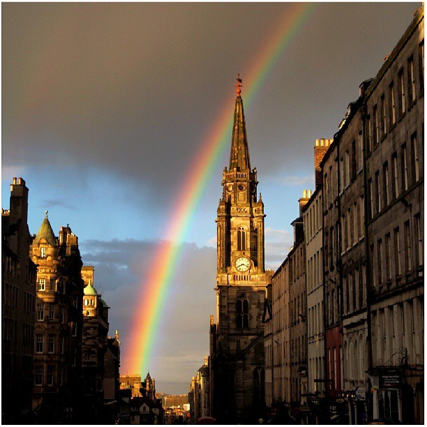 gguariguata:  Sunset, Royal Mile and a rainbow #Sunset #Scotland #Edinburgh #Rainbow #Rain #GoldenHour #atardecer #Arcoiris  live so close to here hehehe