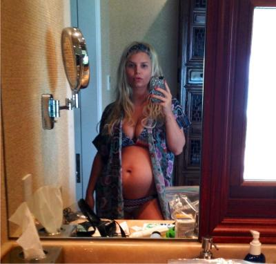 Jessica Simpson posted a picture of her baby bump on Twitter…
