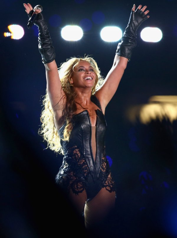 "pepsi:  Beyonce performed flawlessly during halftime. Beyonce wowed the crowed starting with ""Love on Top,"" then transitioning to ""Crazy in Love,"" ""End of Time,"" and ""Baby Boy"". I was in awe to see Destiny's Child reunion Michelle Williams and Kelly Rowland joined Beyonce and started with ""Bootylicious"" and worked through ""Independent Woman"" then ended with collaborating on ""Single Ladies"". What did you think of her performance?"
