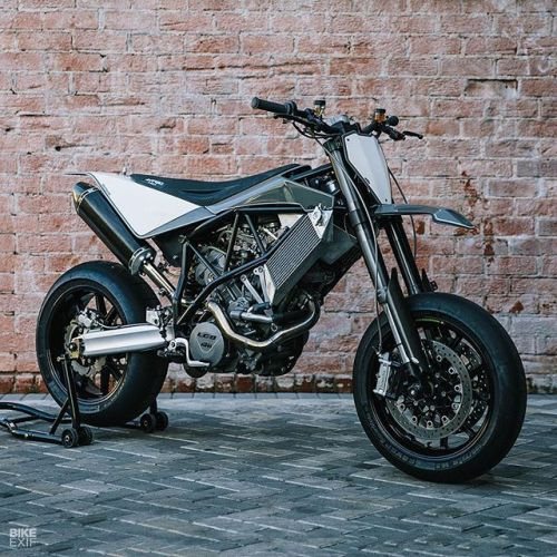 The beautiful and entirely impractical creations of @maxwellhazan are coveted by collectors and museums worldwide. But when Max builds a bike for himself, it's a different ball game. This is his KTM 950 SM.