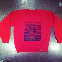 Don't you wish you could stay warm in this #Villany Crewneck tonight? #pasadena #newspring #streetwear #skatelife #nightlife #independent #soloist #thumbprint