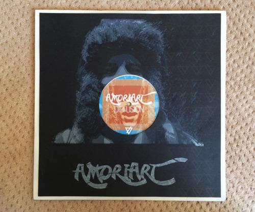 Réalisation d'une pochette vinyle, d'une pochette CD et de cartes de visites pour l'artiste Amoriart https://soundcloud.com/amoria-rt/
