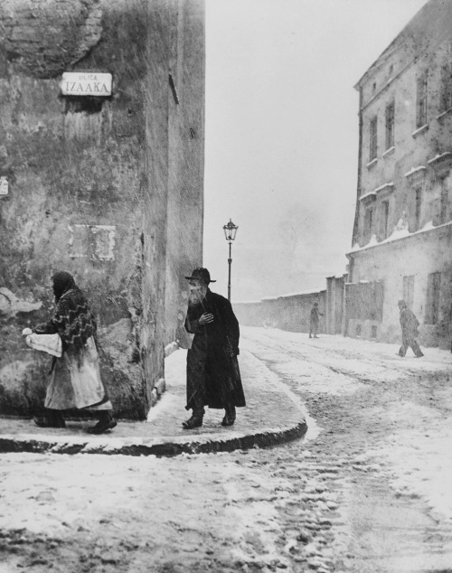 zolotoivek:  Izaak Street, Kazimierz, Krakow, 1935-38. Photo by Roman Vishniac.