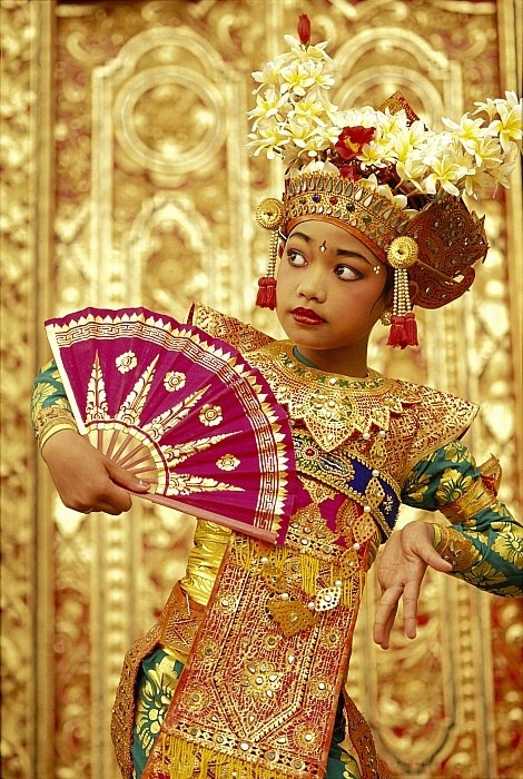 thegoddamazon:  universalbeauty:  Indonesian dancer girl, wearing traditional dancers dress.