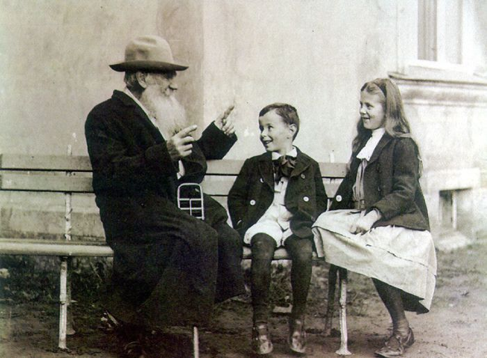 Leo Tolstoy with his grandkids. (1909)