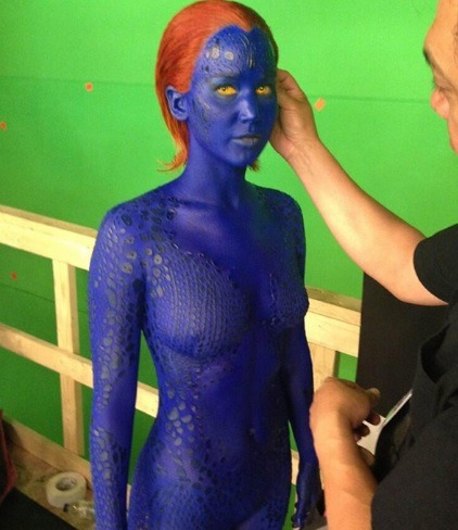 Bryan Singer loves giving us previews from the set of X-Men: Days of Future Past (2014). The latest picture of Jennifer Lawrence, who even in a blue bodysuit looks amazing!!