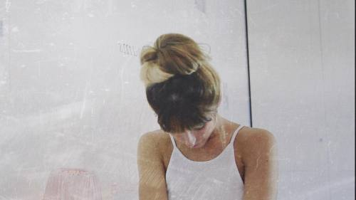 me girlythings girly hogiratoilvudeosucomefarequesto messyhair bun messybun girlyroom athome