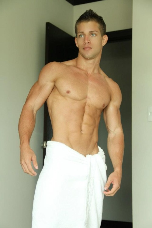 brentwalker092:  Chiseled perfection :)  For more hot pics and videos follow: racock.tumblr.com