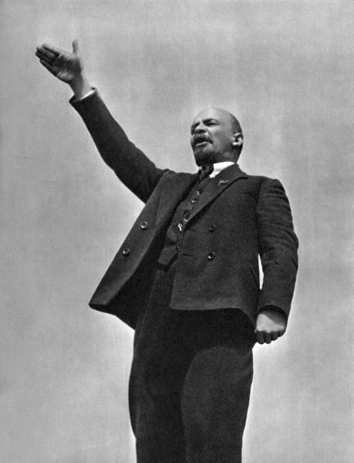 fuldagap:  Lenin making a speech at the opening of a monument to Stenka Razin in Red Square, 1919.