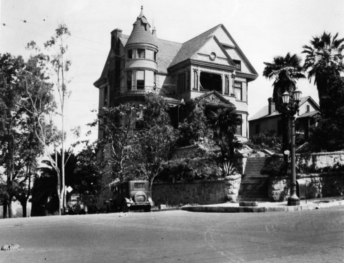 memoriastoica:  Exterior of the ornate Hildreth Mansion, located at 357 S. Hope Street, a seen from the intersection with 4th Street. Circa 1928.