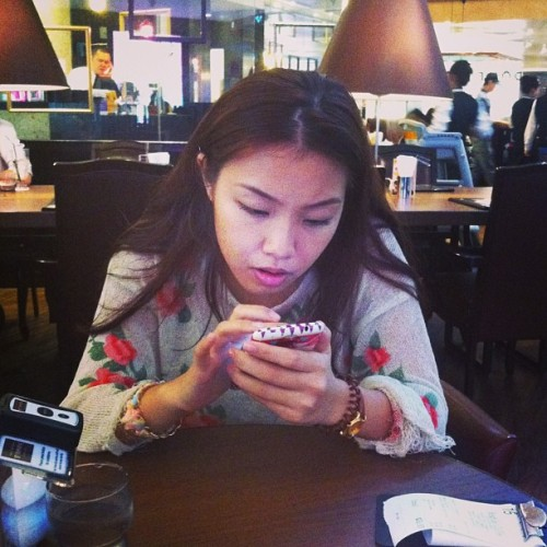 so engrossed in doing whatever she's doing. @fatlovies  (at HOSHINO COFFEE 星乃珈琲)