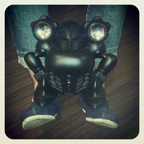Robot Speaker on chaoyou's legs.. robot wanna watch with us lol.